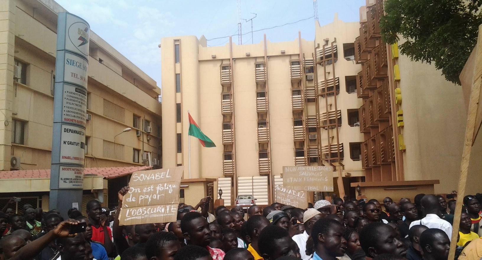 """Ph: Basidou KINDA Devant le siège de la Sonabel, le message de ce manifestant se veut plus clair: """"on est fatigué de payer l'obscurité"""""""